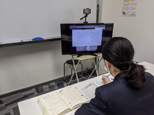 別館にてオンラインで授業を受ける生徒
